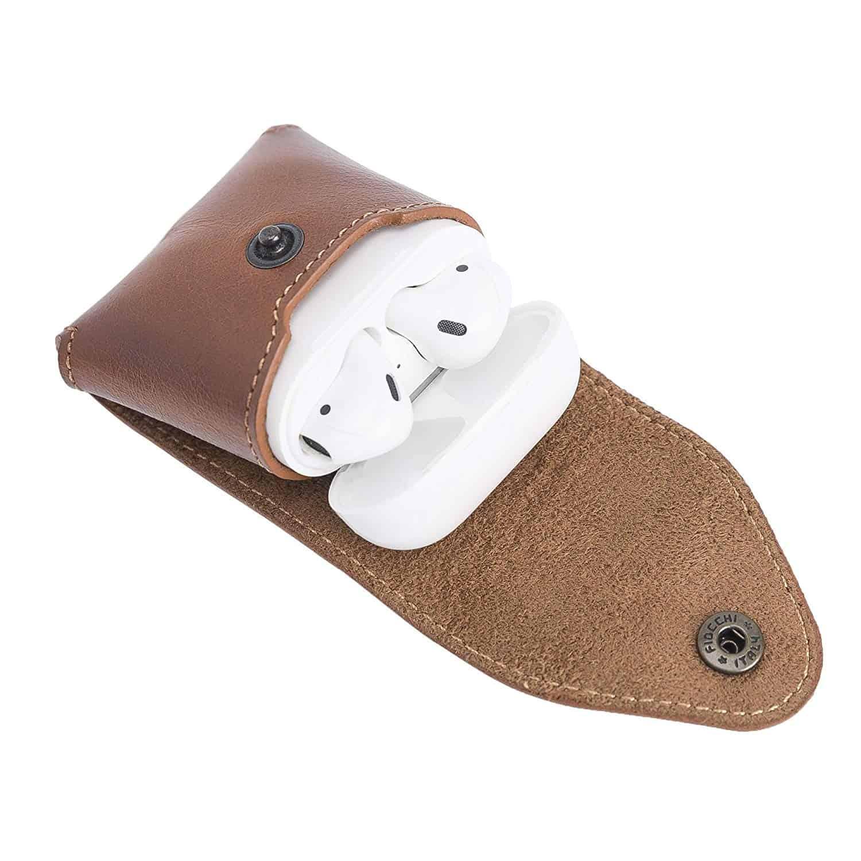 Solo Pelle Lederhülle Noah Hülle passend zu original Apple Airpods 1 und 2 (Wireless Charging geeignet) (Cognac Braun mit Effekt)